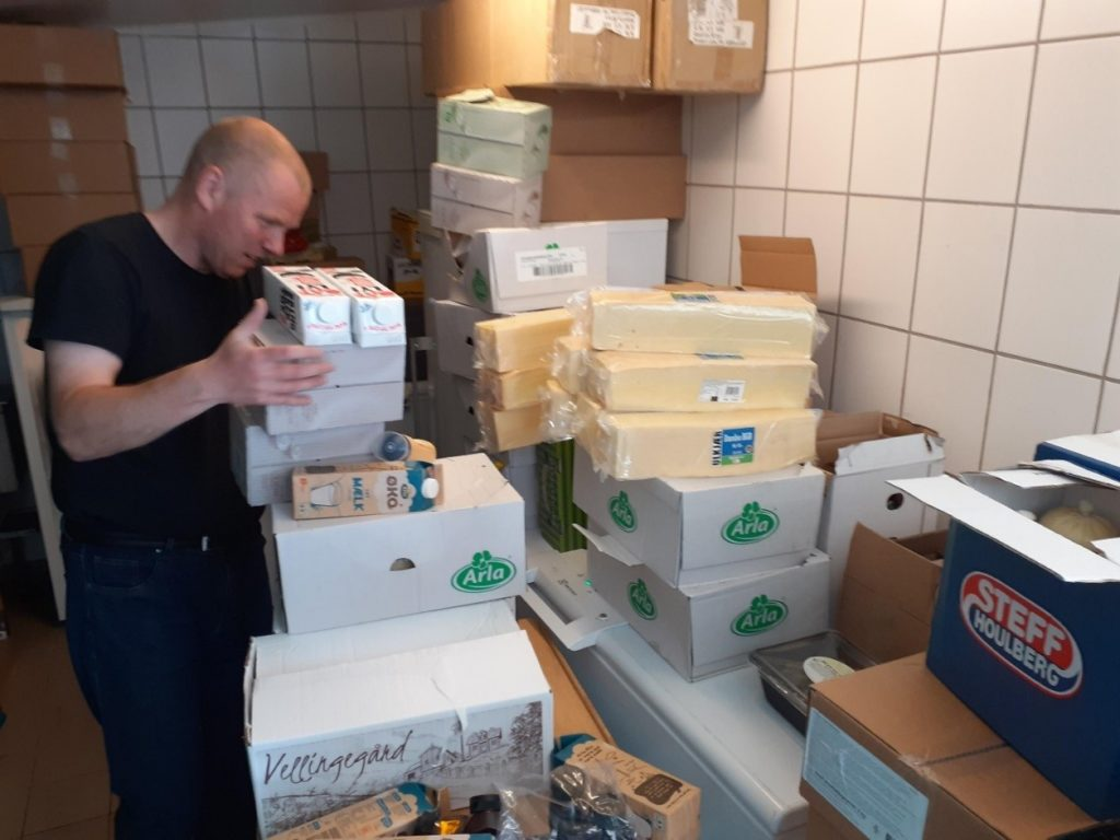 Brian pakker mad til udlevering